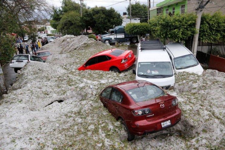 Vista general de los daños por la acumulación de granizo en las calles de Guadalajara (México).