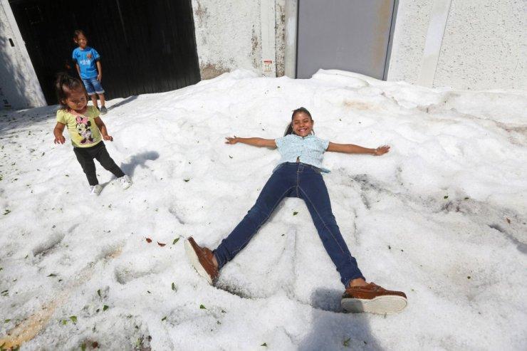 En las calles, los niños jugaban con bolas de hielo mientras efectivos de Protección Civil y militares retiraban de las avenidas bloques de hielo con maquinaria pesada.