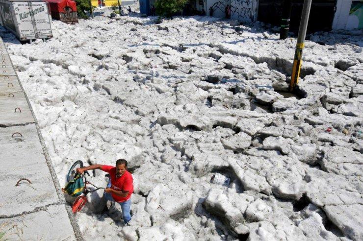 Los Ayuntamientos de Guadalajara y Tlaquepaque informaron cerca de 200 casas y negocios afectados y al menos 50 vehículos arrastrados por la corriente de agua que se formó. En la imagen, una calle cubierta por el hielo tras la tormenta de granizo en Guadalajara (México).