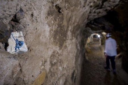 """Na imagem, um pacote de cigarros encontrado na mina. Parte do apelo do geode europeu está em ver aquelas """"catedrais subterrâneas"""", definidas pelo geólogo Fernández Amo, que chegam a 40 metros de altura, ou a indumentária de um tempo antigo ainda preservada."""