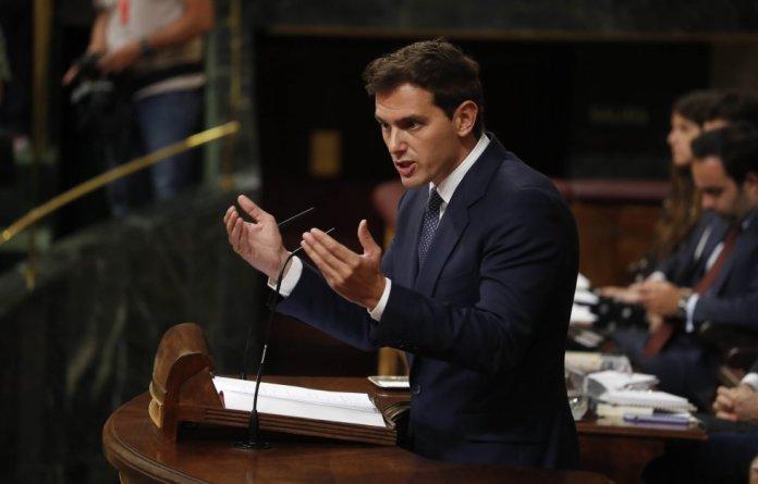Albert Rivera, responde durante su turno de réplica a Pedro Sánchez, candidato a la investidura.
