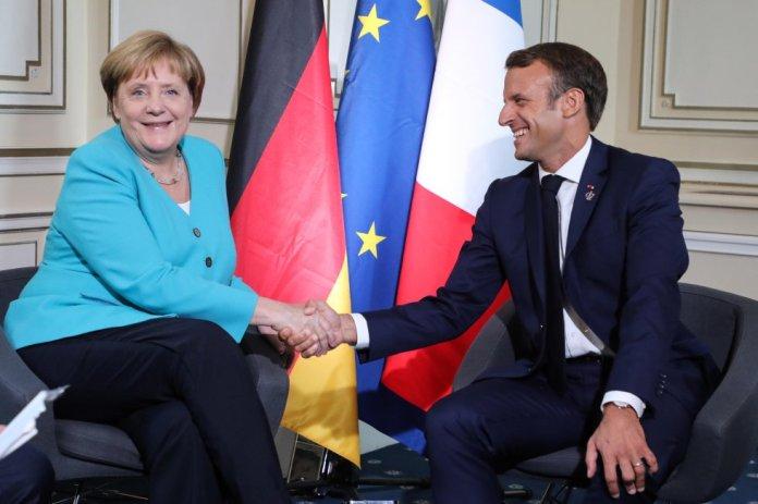 La canciller alemana, Angela Merkel, saluda al presidente de Francia, Emmanuel Macron, durante un encuentro de los dos mandatarios, este sábado.