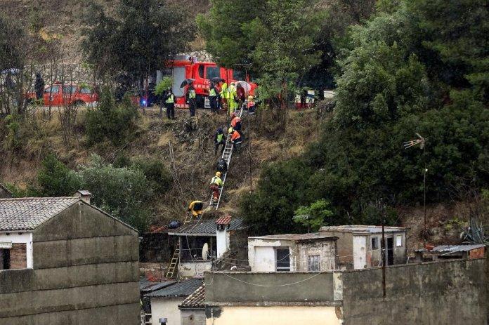 En la localidad de Moixent se ha desbordado la rambla del Bosquet arrastrando varios coches, aunque ninguno de ellos estaba ocupado. En la imagen, un equipo de bomberos ayuda a desalojar a los vecinos de Ontinyent (Valencia).