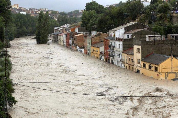 Vista de la crecida del río Clariano, el jueves en Ontinyent.