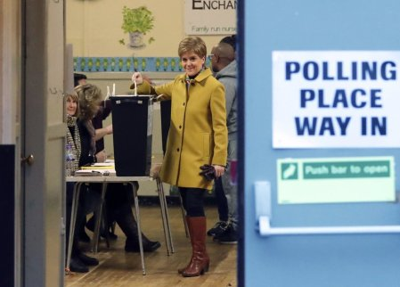 La líder del SNP (Partido Nacional Escocés) y ministra principal de Escocia, Nicola Sturgeon, durante su votación en Glasgow (Escocia).