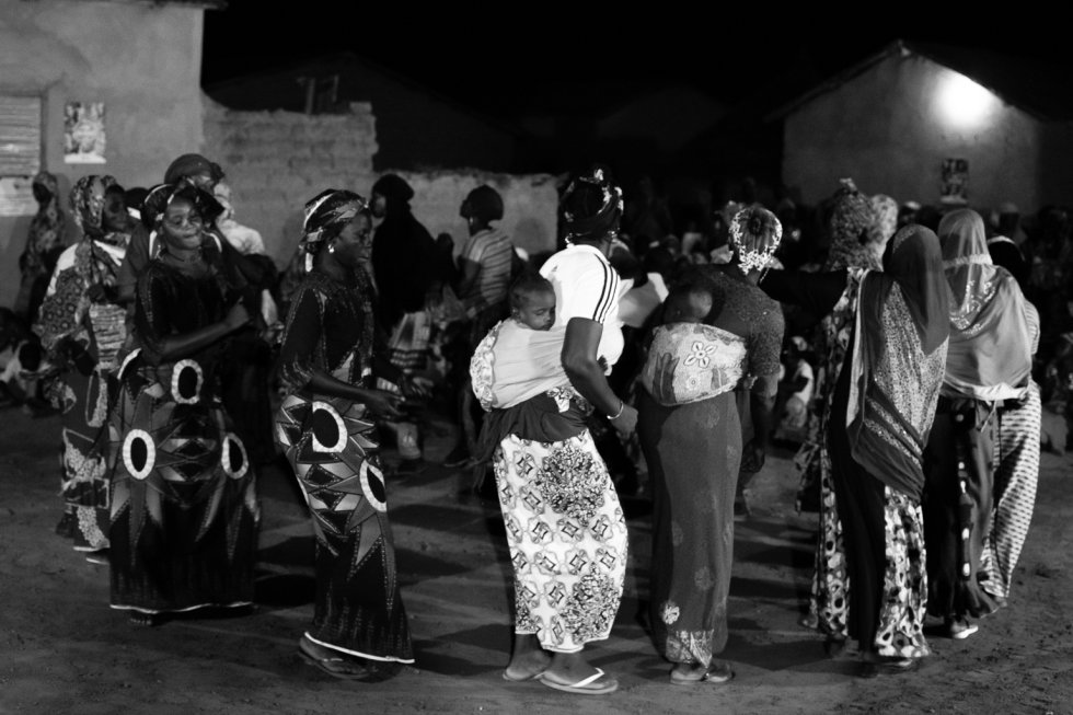 Al finalizar la representación, las mujeres de Flabougoula salen a bailar para celebrar que en el último año no se ha tenido conocimiento de que se haya realizado la ablación a ninguna niña.
