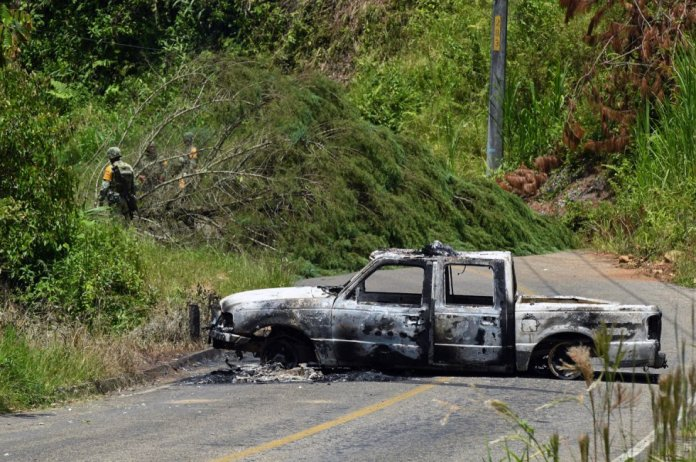 Un vehículo calcinado en la carretera que conduce a la comunidad de Pantelhó, en Chiapas. Alrededor de 2.000 personas se han convertido en desplazados por la violencia en la región, situada a pocos kilómetros de San Cristóbal de las Casas.