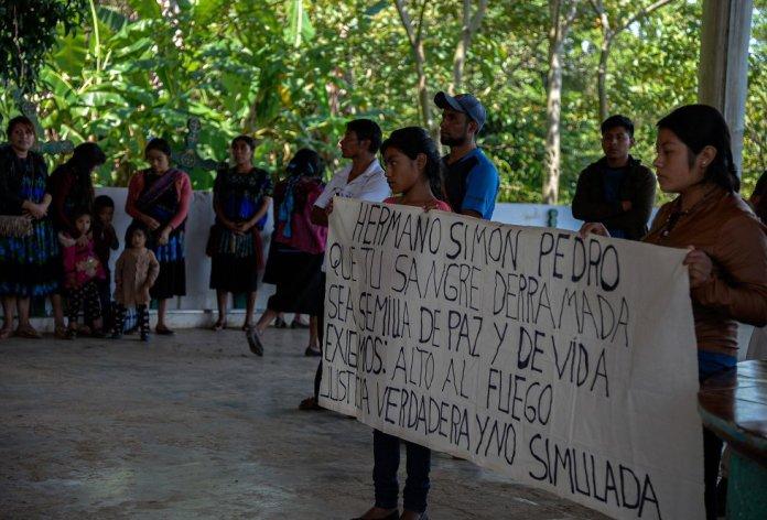 Habitantes de la comunidad de Pantelhó se reúnen en la iglesia, el 9 de julio de 2021, para condenar el asesinato de Simón Pedro Pérez. El activista había presentado una denuncia formal para pedir la intervención de las autoridades ante el auge de desplazados por la violencia.
