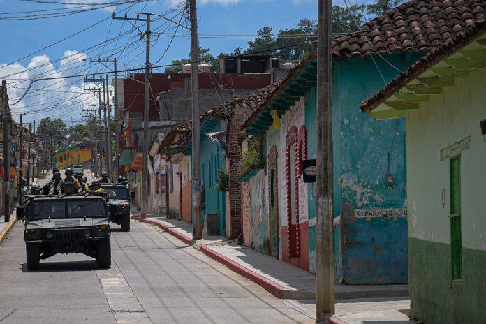 Miembros del Ejército mexicano recorren las calles de Pantelhó el pasado 10 de julio.