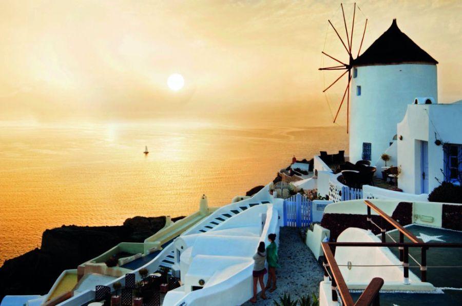 La coqueta Santorini es un clásico de las islas griegas y de las rutas de cruceros por el mar Egeo. Forma parte del grupo de las Cícladas. Además de disfrutar de sus famosos atardeceres, se pueden visitar sus playas, acantilados y un interesante yacimiento minoico, Acrotiri.