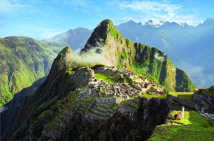 Es la ciudad perdida por excelencia. Engarzada entre los picos de la cordillera Vilcabamba, desde su descubrimiento en 1911 por el estadounidense Hiram Bingham Machu Picchu ha fascinado a quienes se han acercado a ella para descifrar el misterio de sus muros. Rodeada del paisaje más espectacular que se pueda imaginar, entre los Andes y la selva, sigue siendo un lugar mágico, pese a los millares de turistas que la visitan. Y contemplarla desde Intipunku, la Puerta del Sol, al final del Camino Inca, es una experiencia única.