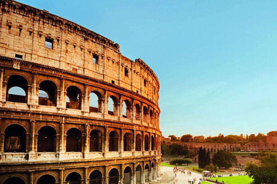 El nombre del Coliseo no proviene, curiosamente, de su colosal tamaño –podía albergar hasta 50.000 espectadores sedientos de sangre–, sino de una estatua cercana en honor a Nerón, el Colosso di Nerone. Elegante por fuera y cruento por dentro –sobre su arena luchaban los gladiadores hasta la muerte– es el monumento icónico de Roma.