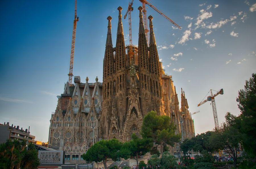 Casi 100 años después de la muerte del arquitecto Antoni Gaudí, en 1926, la Sagrada Familia de Barcelona sigue en construcción, con las ideas originales del autor como base. Este hecho despierta polémica entre los expertos y aficionados a la arquitectura, muchos de los cuales hubieran preferido que se mantuviera la construcción tal cual estaba. Pero lo cierto es que cuando las 18 torres estén completamente terminadas (se terminará en una fecha indeterminada entre 2020 y 2040), la Sagrada Familia será (ya lo es) un imán turístico imbatible.