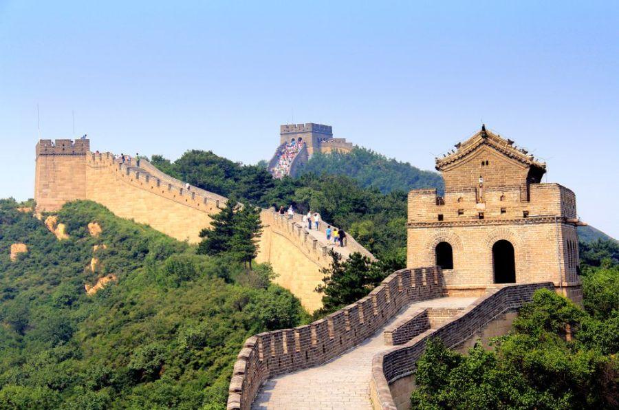 No se ve desde el espacio, como asegura una leyenda urbana, pero sus dimensiones son abrumadoras: es la mayor construcción humana, con una longitud de más de 8.000 kilómetros que recorren el norte de China, desde Corea hasta el desierto del Gobi. Iniciada por el primer emperador, Qin Shi Huangdi, en el siglo II antes de Cristo, su construcción se prolongó por un periodo de más de mil años, aunque al final no consiguió evitar la entrada de las hordas mongolas en China.
