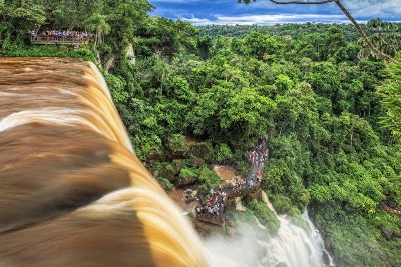 El salto Bosetti es una de las 275 cascadas que forman las cataratas de Iguazú, una cortina de agua y selva de 2,7 kilómetros entre el Estado argentino de misiones y el brasileño de Paraná. Desde el lado brasileño se tiene una estupenda visión panorámica del conjunto, y el argentino permite sentir su poderoso fragor en la Garganta del Diablo, a 80 metros de altura.