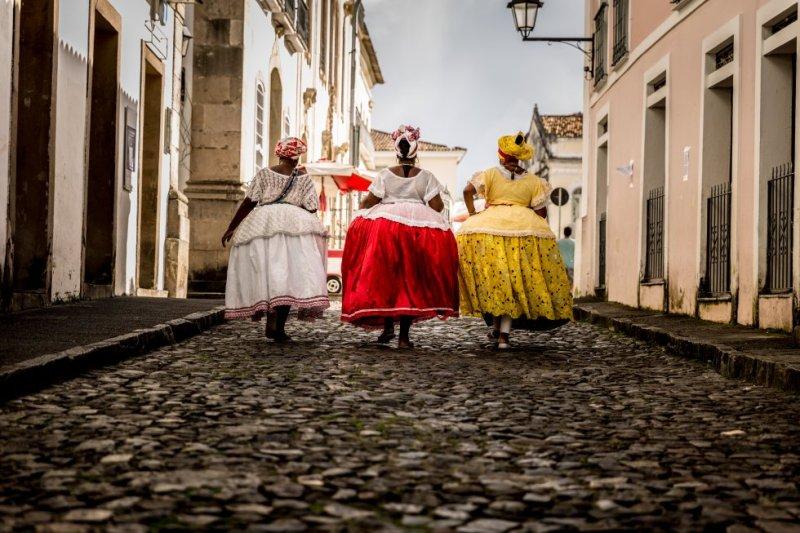 """La simbólica lucha entre el exceso y la contención, entre Don Carnal y Doña Cuaresma, se apodera estos días de las calles de Salvador de Bahía en una de las fiestas populares más multitudinarias del mundo: asisten dos millones de personas (unos 770.000 de ellos, turistas). Hasta el Miércoles de Ceniza, 14 de febrero, la samba y el axé serán la banda sonora de esta ciudad brasileña. """"Es un momento maravilloso en el que dejamos los problemas de lado y nos mezclamos y movemos todos con la misma energía y sintonía"""", dice Elisângela Vieira, de la Consejería de Turismo. En la ciudad acaba de abrir sus puertas la Casa do Carnaval, un museo (instalado en la antigua Casa do Frontispício, de 1911) que explica la historia de la fiesta y sus influencias africanas, además de exhibir trajes (como los de la foto) y presentar algunos de los mejores tríos eléctricos (bandas que actúan en directo). Hasta se puede aprender a bailar samba. salvadormeucarnaval.com.br"""
