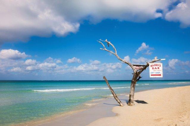 A areia branca e as claras águas jamaicanas banham Seven Mile Beach, votado como a oitava praia mais bonita do mundo. Uma praia situada na cidade turística de Negril, no extremo oeste da ilha.