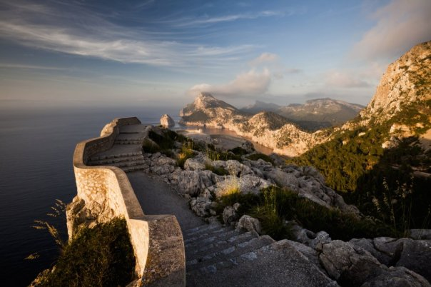 El mirador de Sa Creueta (o El Colomer) es una roca vertical a 232 metros sobre el nivel del mar que se alza en la península de Formentor, al noroeste de Mallorca. Es la guinda de los miradores engarzados, como las cuentas de un collar, a lo largo de los 18 kilómetros de la carretera que recorre la bahía de Pollença. Sus espectaculares vistas hacia el cabo de Formentor son especialmente recomendables durante la puesta de sol, quizás la mejor hora del día para disfrutar de una de las panorámicas más bonitas de la isla balear.