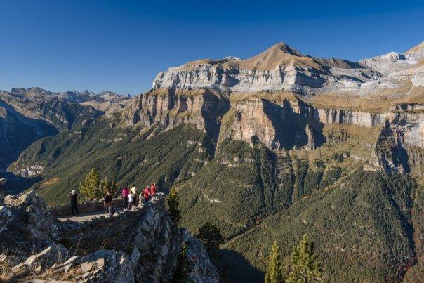 Las verticales laderas de la vertiente sur del valle de Ordesa (Pirineo de Huesca) están trufadas de miradores formados por muros de piedra a modo de protección. Como el del Rey o el que corona la punta Acuta (en la foto), con impresionantes vistas sobre bosques de abetos y hayedos, y macizos nevados. Los clubes de montaña suelen organizar rutas guiadas hasta ellos por la llamada Senda de los Cazadores, descendiendo después hasta Torla por la pista de los miradores. Desde esta localidad, y también desde Nerín, existen rutas turísticas autorizadas en taxi y autobuses 4x4 para conocerlos.