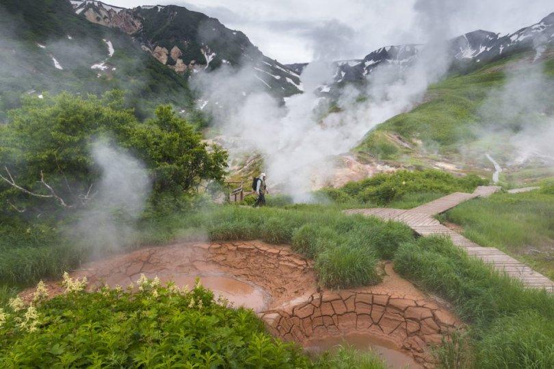 A península de Kamchatka, no extremo leste da Rússia, é um lugar onde a fúria do magma da terra nunca está longe da superfície. O vale dos Gêiseres, com 6 quilômetros de extensão, alimenta-se dos 250º C do estratovulcão de Kijpinich. Mais de 100 fontes termais e gêiseres lançam vapor no ar gelado da reserva natural de Kronotsky, tão remota que suas maravilhas geológicas só começaram a ser exploradas em profundidade na década de 1970. Uma das descobertas mais impressionantes foi o Vale da Morte, um desfiladeiro em que gases vulcânicos se acumulam em tal concentração que matam qualquer animal que se aproxima. O Vale dos Gêiseres pode ser visitado de helicóptero. De Moscou há voos para o aeroporto mais próximo, Petropavlovsk-Kamchatsky.