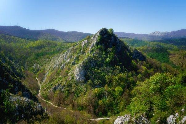 Cuenta la leyenda que por las cumbres del parque natural de Aizkorri-Aratz deambula la diosa vasca Mari, personificación de la madre tierra. En las 19.400 hectáreas de este entorno de sierras calizas y hayedos, entre las provincias de Álava y Gipuzkoa, nacen tres de los principales ríos de Gipuzkoa–el Deba, el Urola y el Oria– y se alza la cima más alta del País Vasco, el Aitxuri (1.551 metros). Su entrada principal se sitúa junto al Santuario de Arantzazu; la casa del parque, en la localidad alavesa de Araia, orienta sobre rutas, puntos de interés y visitas guiadas, y sirve de punto de partida para ascender al Aratz (1.443 metros). El centro de interpretación Aizkorriko Ataria, en el caserío Anduetza (en Zegama), descubre la cultura y la naturaleza de esta zona. En la imagen, el monte Aitzabal (Gipuzkoa). Más información: turismo.euskadi.eus