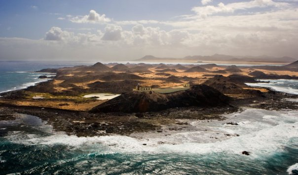 El parque natural de la Isla de Lobos , a tres kilómetros escasos del puerto de Corralejo (en Fuerteventura) y a ocho de Lanzarote, en el estrecho de La Bocaina, debe su nombre a las focas monje (lobos marino) que abundaban en estas aguas y hoy están en peligro de extinción. Se trata de una isla volcánica en las Islas Canarias que alberga una enorme riqueza botánica, llena de endemismos (como la siempreviva endémica), es Zona de Especial Protección de Aves y cuenta con un yacimiento arqueológico romano. Se accede a ella mediante una ruta regular de barcos que parten de Corralejo. Una vez en tierra es recomendable parar en el pequeño centro de interpretación junto a la playa de La Calera, y recorrer su sendero circular. Para comer, el restaurante de los descendientes de Antonio El Farero (+34 928 87 96 53), que vivió aquí hasta 1968. Más información: visitafuerteventura.com