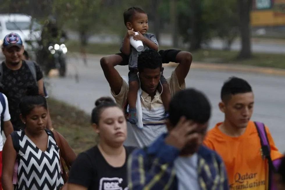 Migrantes hondureños a su salida de San Pedro Sula.