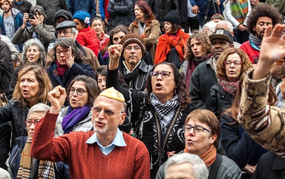Manifestantes protestam contra a violência da PM diante da Catedral da Sé
