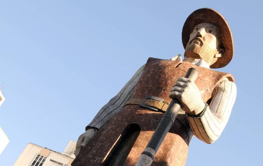 Monumento em homenagem ao bandeirante Borba Gato, em São Paulo