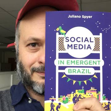 O antropólogo Juliano Spyer exibe seu livro.