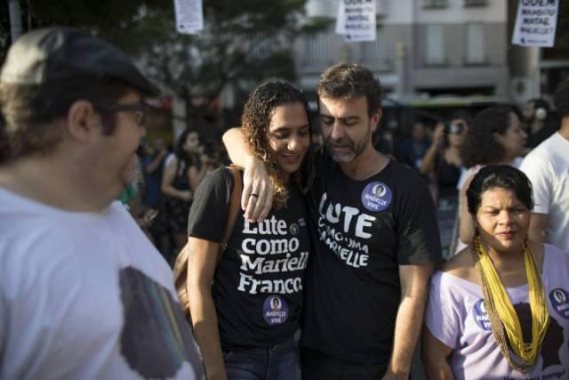 Deputado Freixo abraça Anielle, irmã da vereadora executada, um mês após a morte.