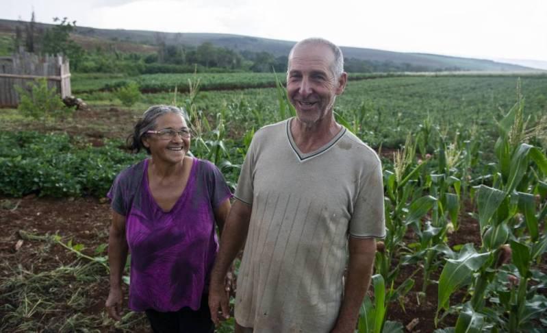 La pareja Claudir Antonio y Maria Bee vive un campamento del MST en Paraná.