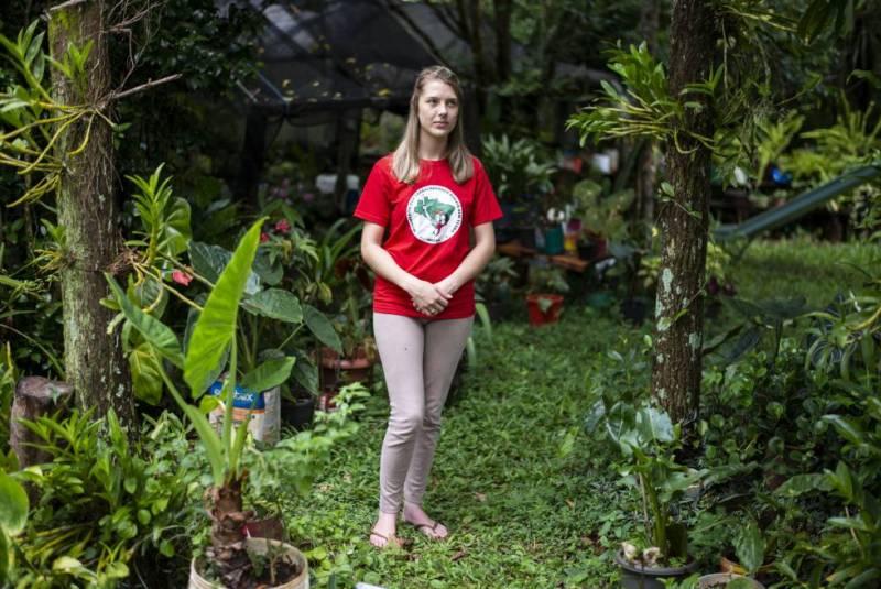 Jaine Amorin, militante do MST, no lote de sua família, em Laranjeiras do Sul.