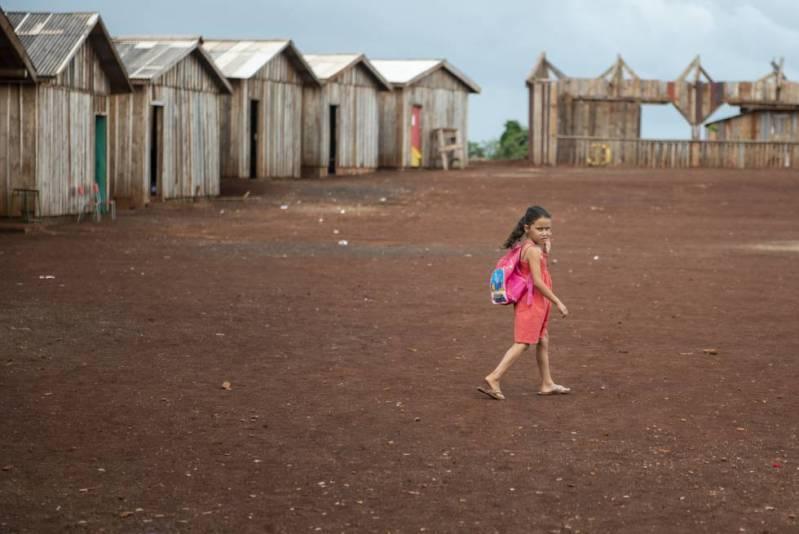 Una niña camina en dirección el aula, en la escuela itinerante Herederos del Saber.
