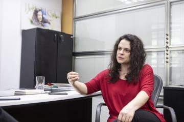 A deputada em seu gabinete em São Paulo.