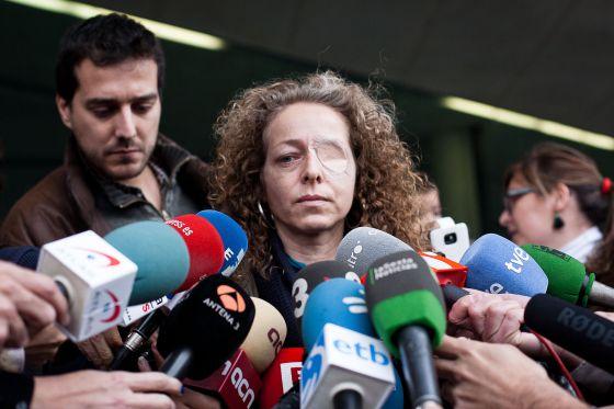 Ester Quintana a la salida de juzgados. / ALBERT GARCÍA