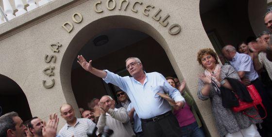 El alcalde de Baralla, Lugo, Manuel González Capón, del PP, saluda a los vecinos tras la celebración del pleno extraordinario para pedir al alcalde su dimisión tras sus polémicas declaraciones sobre las víctimas del franquismo, en las que justificó los fusilamientos de Franco.