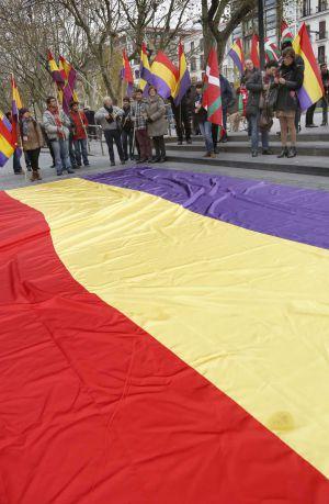 Una bandera republicana en el Boulevard donostiarra. / javier hernández