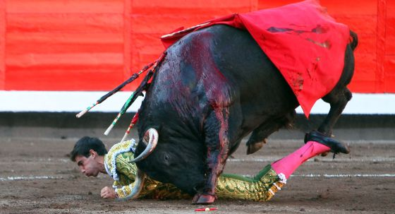 El toro coge a Jiménez Fortes. / Fernando Domingo-Aldama