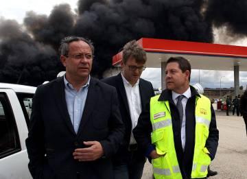 El presidente de Castilla-La Mancha, Emiliano Garcia Page (d), supervisa las labores de extinción en el incendio de Seseña.