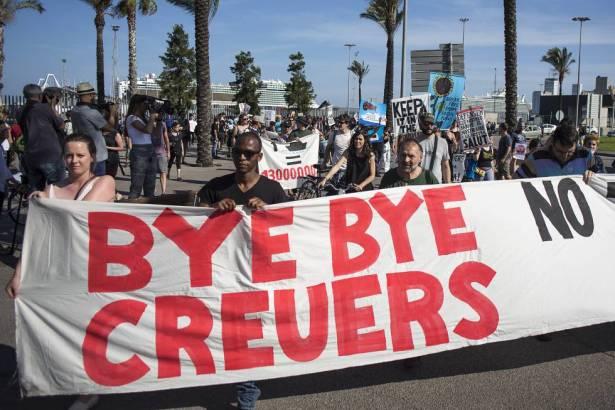 Manifestantes en contra de los cruceros en Barcelona.
