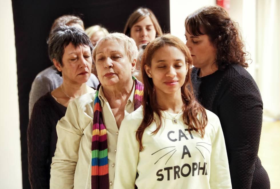 Participantes en el grupo de teatro femenino dedicado a identificar actitudes machistas.