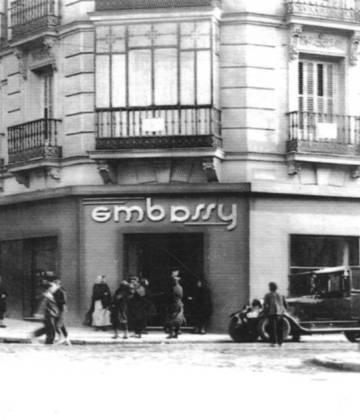 Fachada del salón de té Embassy en Madrid en los años treinta.