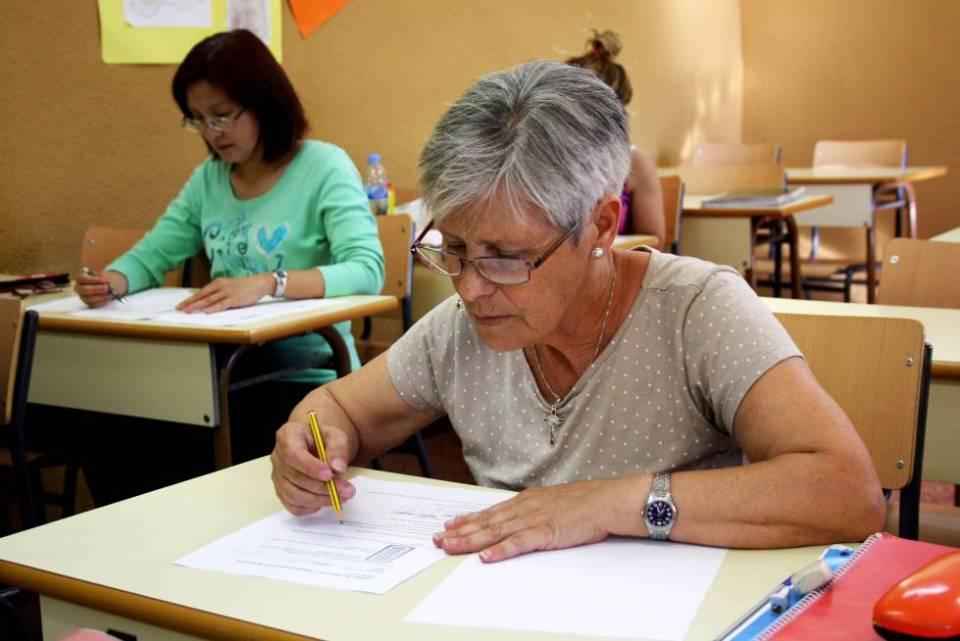 Felicidad Serrano, de 65 años, realiza un examen de Lengua en el CEPA de Tetuán el pasado junio.