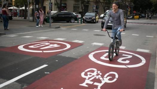 Nuevo carril bici en la calle Sardenya, en Barcelona.