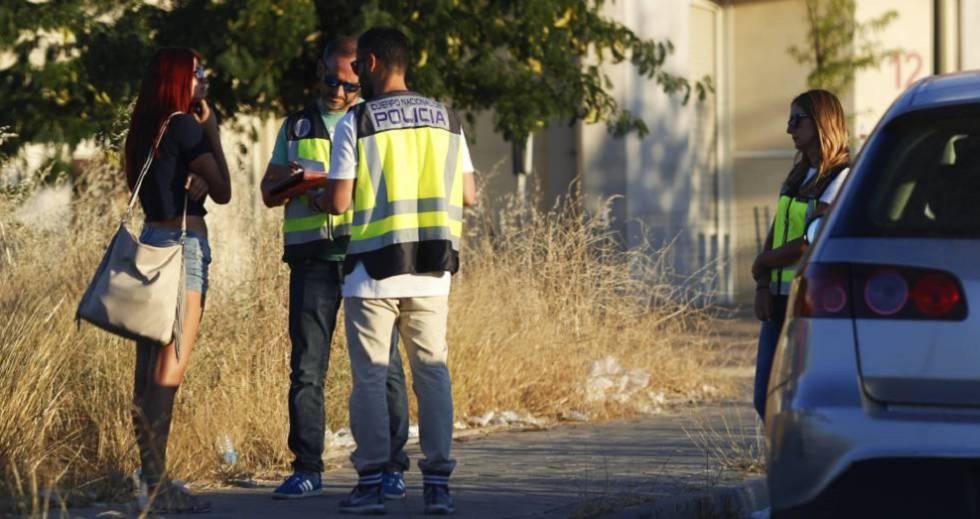 Policías interrogan a una mujer en el polígono Marconi de Villaverde, en Madrid.