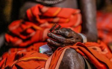 Una mujer con una cuchilla en Kenia