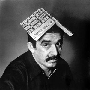 García Márquez con una edición de 'Cien años de soledad' a finales de los sesenta