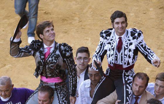 El Juli y Morante de la Puebla salen a hombros tras la Corrida Goyesca celebrada en la plaza de toros de la Real Maestranza de Caballería de Ronda de Málaga. / jorge zapata (efe)