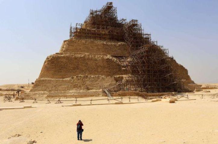 Un turista fotografía ayer la pirámide de Djose, en la necrópolis de Saqqara.